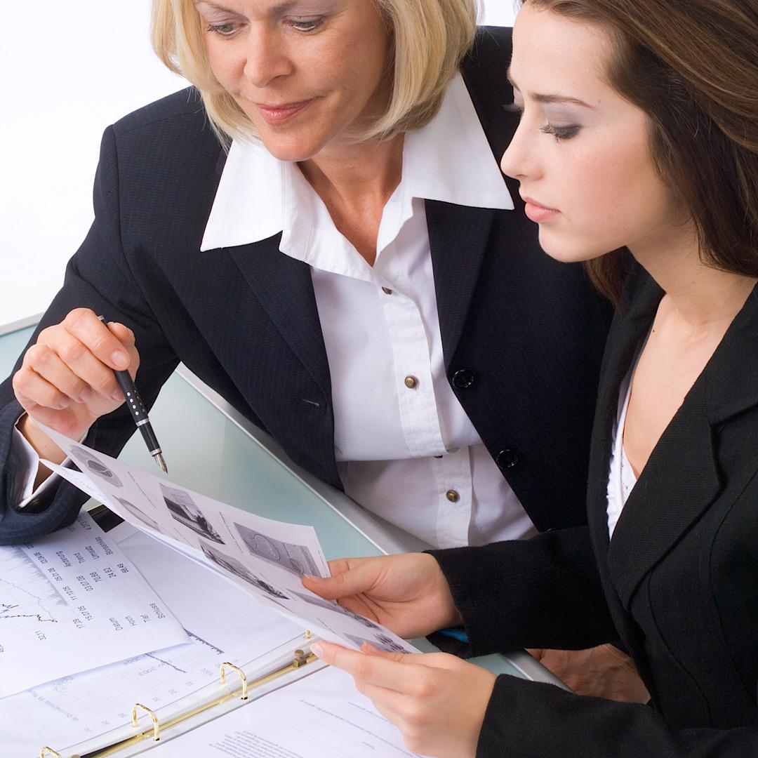 Eine junge und eine ältere Geschäftsfrau besprechen Arbeit